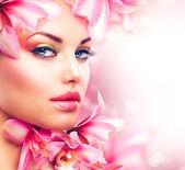 Orkide çiçekleri ile güzel bir kız. güzellik kadın yüzü — Stok fotoğraf