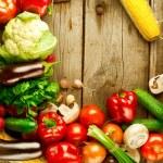 ahşap arka plan üzerinde sağlıklı organik sebze — Stok fotoğraf #20381921