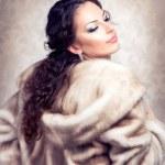 güzel kadın vizon kürk lüks moda — Stok fotoğraf