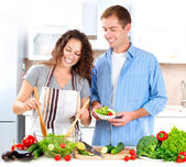 Jeune couple cuisine salade de légumes ensemble — Photo