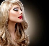 Piękne blond kobieta z makijażem wakacje na czarno — Zdjęcie stockowe
