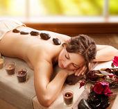 Massage aux pierres. spa de jour. salon spa — Photo