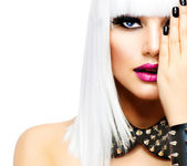 Moda güzellik kız. punk tarzı kadın üzerinde beyaz izole — Stok fotoğraf