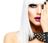 时尚的美丽女孩。朋克风格女人上白色隔离 — 图库照片