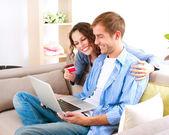 Achats en ligne. couple à l'aide de la carte de crédit boutique internet — Photo