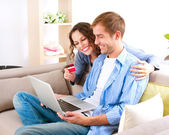 Compras on-line. casal usando cartão de crédito para a loja de internet — Foto Stock