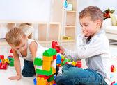 Chicos de niños jugando con construcción ubicado en la planta — Foto de Stock