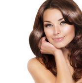 Vacker brunett kvinna stående med friskt hår — Stockfoto