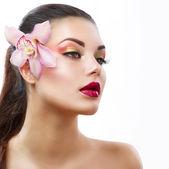 Krása portrét. krásná stylová holka s orchidejí květ — Stock fotografie