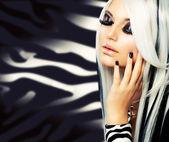 Schoonheid mode meisje zwart en wit stijl. lange witte haren — Stockfoto