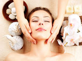 Massagem spa. jovem mulher recebendo massagem facial — Foto Stock
