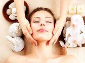 Spa masáž. mladá žena dostává masáž obličeje — Stock fotografie