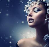 冬の美しさの女性。クリスマスの女の子の化粧 — ストック写真