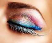 Maquillaje de ojos hermosos vacaciones. pestañas falsas — Foto de Stock