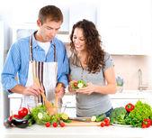 Gelukkige paar samen koken. dieet. gezonde voeding — Stockfoto