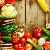 Vegetais orgânicos saudáveis em um fundo de madeira — Foto Stock