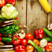 Zdravé bio zeleniny na dřevo pozadí — Stock fotografie