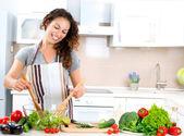 烹饪的年轻女子。健康食品-蔬菜沙拉 — 图库照片