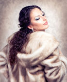 Fashion Beautiful Woman in Luxury Fur Mink Coat — Stock Photo