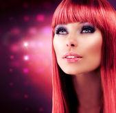 Retrato de la modelo de pelo rojo. hermosa chica con el pelo largo sano — Foto de Stock