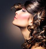 Retrato de mujer de belleza. pelo rizado. chica morena — Foto de Stock