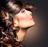 美丽的女人肖像。卷曲的头发。黑发女孩 — 图库照片
