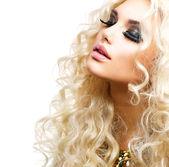 Piękna dziewczyna z kręcone blond włosy, na białym tle — Zdjęcie stockowe
