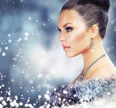 Zimní žena v luxusní kožich — Stock fotografie