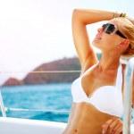 Beautiful Girl resting on the Yacht. Yachting. Luxury Lifestyle — Stock Photo