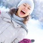 mujer de invierno al aire libre. muchacha que ríe feliz divirtiéndose — Foto de Stock