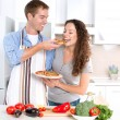 couple heureux manger pizza. ensemble de cuisson — Photo