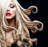 金色的头发。美丽性感的金发女孩 — 图库照片