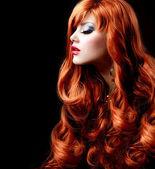 Faliste czerwone włosy. moda portret — Zdjęcie stockowe