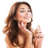 Fundação. aplicando a maquiagem de mulher bonita — Foto Stock