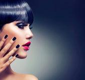 Ritratto di bella ragazza bruna. faccia. trucco. sensuali labbra rosse — Foto Stock