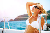 Beautiful Girl resting on the Yacht. Yachting. Luxury Lifestyle — Stock Photo