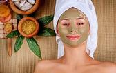 Máscara de lama do spa. mulher em salão de spa — Foto Stock