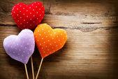 Corazones hechos a mano vintage valentines sobre fondo de madera — Foto de Stock