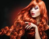 赤髪。ファッションの少女の肖像画。長い巻き毛 — ストック写真