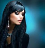 Tmavovláska. zdravé dlouhé vlasy a prázdninové make-up — Stock fotografie