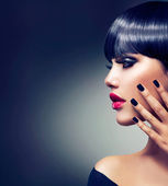 Vacker brunett flicka porträtt. ansikte. makeup. sensuell röda läppar — Stockfoto