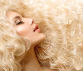 Curly Hair. Fashion Girl With Healthy Long Wavy Hair — Stock Photo