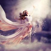 Krásná dívka, která nosí dlouhé šifónové šaty. fantasy scéně — Stock fotografie