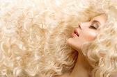 Capelli ricci. moda ragazza con sani lunghi capelli ondulati — Foto Stock