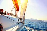 日没に対するセーリング ヨット。ヨット。ヨットに乗る。セーリング — ストック写真