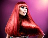 Sani capelli dritti lungo rosso. modello di bellezza moda — Foto Stock