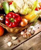 Zdravé bio zeleniny na dřevěné pozadí — Stock fotografie
