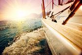 日没に対するセーリング ヨット。ヨット。ヨットに乗る — ストック写真