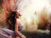 Vacker flicka i fantasy mystiska och magiska våren trädgård — Stockfoto
