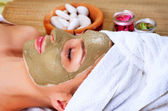 Spa mud mask. kvinna i spa salo — Stockfoto